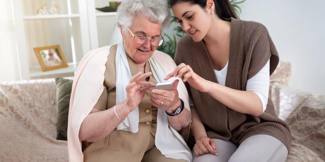 Opeta vanhusta käyttämään puhelinta